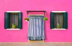 BURANO,意大利- 2 Septenber, 2016年 墙壁的桃红色颜色在威尼斯,意大利附近的Burano海岛 免版税库存照片