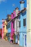 Burano, Venezia,意大利 五颜六色的房子的看法沿运河的在海岛 图库摄影