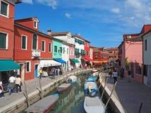 Burano, Venezia,意大利 五颜六色的房子的看法沿运河的在海岛 库存照片