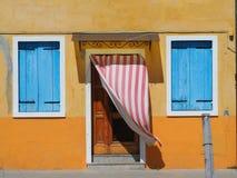 Burano, Venezia,意大利 五颜六色的房子的窗口和门的细节在Burano海岛 免版税库存照片