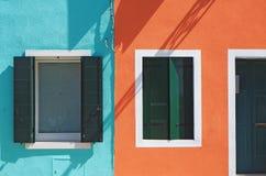 Burano, Venezia,意大利 五颜六色的房子的窗口的细节在Burano海岛 免版税库存照片