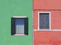Burano, Venezia,意大利 五颜六色的房子的窗口的细节在Burano海岛 免版税库存图片