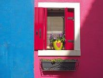 Burano, Venezia,意大利 五颜六色的房子的窗口的细节在Burano海岛 库存照片