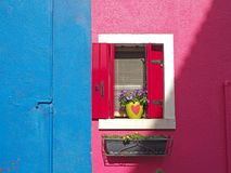 Burano, Venezia,意大利 五颜六色的房子的窗口的细节在Burano海岛 库存图片