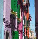 Burano, Venezia,意大利 有五颜六色的房子的街道在Burano海岛 免版税库存图片