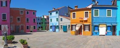 Burano, Venezia,意大利 有五颜六色的房子的街道在Burano海岛 库存图片