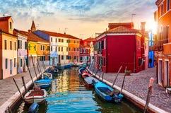 Burano ö i Venedig Italien den pittoreska solnedgången Arkivfoto