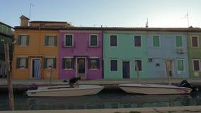 Burano ösikt med gatan längs kanalen, Italien stock video