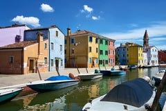 Burano, Βενετία Ζωηρόχρωμη αρχιτεκτονική σπιτιών, κανάλι νησιών Burano και βάρκες Καλοκαίρι, Ιταλία Στοκ Εικόνες
