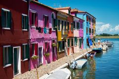 Burano, Βενετία Ζωηρόχρωμη αρχιτεκτονική σπιτιών, κανάλι νησιών Burano και βάρκες Στοκ Εικόνες