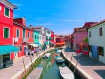 Burano, Βενετία, Ιταλία - 10 Μαΐου 2014: Ζωηρόχρωμα παλαιά σπίτια στο νησί Στοκ εικόνα με δικαίωμα ελεύθερης χρήσης