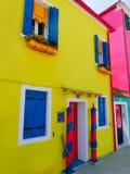Burano, Βενετία, Ιταλία - 10 Μαΐου 2014: Ζωηρόχρωμα παλαιά σπίτια στο νησί Στοκ φωτογραφία με δικαίωμα ελεύθερης χρήσης