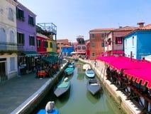 Burano, Βενετία, Ιταλία - 10 Μαΐου 2014: Ζωηρόχρωμα παλαιά σπίτια στο νησί Στοκ Εικόνες