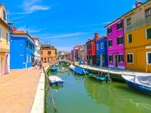 Burano, Βενετία, Ιταλία - 10 Μαΐου 2014: Ζωηρόχρωμα παλαιά σπίτια στο νησί Στοκ Φωτογραφίες