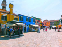 Burano, Βενετία, Ιταλία - 10 Μαΐου 2014: Ζωηρόχρωμα παλαιά σπίτια στο νησί Στοκ εικόνες με δικαίωμα ελεύθερης χρήσης