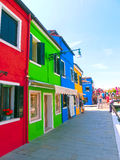 Burano, Βενετία, Ιταλία - 10 Μαΐου 2014: Ζωηρόχρωμα παλαιά σπίτια στο νησί Στοκ Εικόνα
