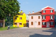Burano, ζωηρόχρωμα σπίτια της Βενετίας, Ιταλία στο ψαροχώρι μέσα Στοκ Φωτογραφία