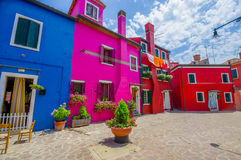 BURANO, ΙΤΑΛΊΑ - 14 ΙΟΥΝΊΟΥ 2015: Γειτονιά Pinturesque σε Burano στην ηλιόλουστη ημέρα, σύνολο σπιτιών του χρώματος Στοκ φωτογραφία με δικαίωμα ελεύθερης χρήσης