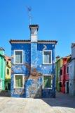 Burano, Венеция Красочная архитектура домов на квадрате Лето 2017, Италия Стоковые Фото
