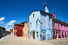 Burano, Венеция Старая красочная архитектура домов на квадрате Лето Стоковое Изображение