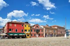 Burano, Венеция Старая красочная архитектура домов на квадрате Лето 2017 Стоковое Изображение