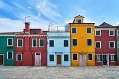 Burano, Венеция Старая красочная архитектура домов на квадрате Лето 2017, Италия Стоковое Изображение