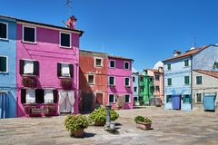 Burano, Венеция Старая красочная архитектура домов на квадрате с фонтаном Стоковое фото RF