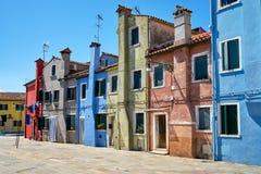 Burano, Венеция Старая красочная архитектура домов на квадрате Стоковая Фотография RF