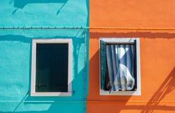 burano Италия venice Улица с красочными домами с прачечной на фасаде Стоковые Изображения RF