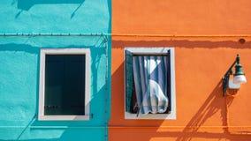 burano Италия venice Улица с красочными домами с прачечной на фасаде Стоковая Фотография RF
