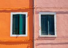 burano Италия venice Улица с красочными домами с прачечной на фасаде Стоковые Изображения