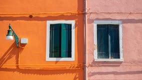 burano Италия venice Улица с красочными домами с прачечной на фасаде Стоковые Фотографии RF