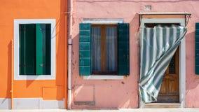 burano Италия venice Улица с красочными домами с прачечной на фасаде Стоковые Фото