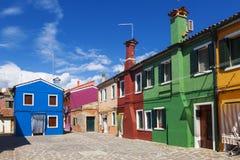 在Burano海岛上的明亮的五颜六色的房子在威尼斯式盐水湖边缘 威尼斯 库存照片