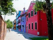 有五颜六色的房子的街道在Burano,意大利 免版税库存图片