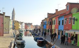 明亮地被绘的房子和运河在Burano海岛上在威尼斯附近  免版税库存图片
