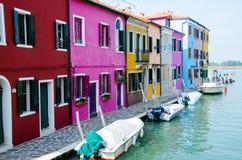 Burano海岛 Burano,五颜六色的房子江边  免版税图库摄影