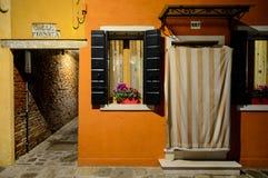 Burano Den färgrika byn i den Venetian Lagunaen Arkivbilder
