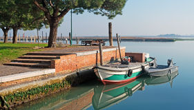 Burano fartyg i lagun Arkivfoto