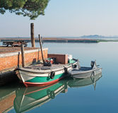 Burano fartyg i lagun Arkivfoton