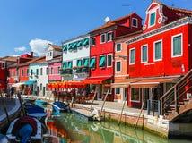 Burano, het eiland van Venetië, kleurrijke stad in Italië Stock Afbeeldingen