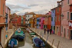 Burano-Insel - Teil von Venedig, farbige Häuser auf dem Hintergrund stockfotografie