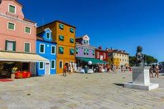 Burano, isla de Venecia, ciudad colorida en Italia Foto de archivo