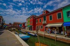 BURANO, ITÁLIA - 14 DE JUNHO DE 2015: Ponte agradável bonita no meio dos canais em Burano, casas da água da cor nos lados imagem de stock