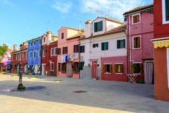 BURANO, ITÁLIA - 2 de setembro de 2016 Casas coloridas na ilha de Burano perto de Veneza, Itália Opinião de Tipical Imagem de Stock