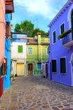 BURANO, ITÁLIA - 2 de setembro de 2016 Casas coloridos Verde, azul, luz - verde, casas vermelhas Ilha de Burano da opinião de Tip Fotografia de Stock Royalty Free