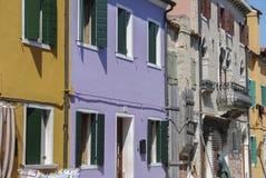 BURANO, ITALIË - APRIL 18, 2009: Straat met kleurrijke gebouwen in Burano-eiland, een verfijnd klein stadshoogtepunt van kanalen, Royalty-vrije Stock Foto's