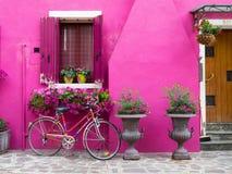 Burano, Italië - 21 Mei 2015: De geschilderde bouw met fiets stock afbeeldingen