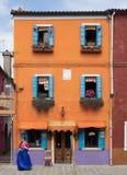 Burano, Italië - 21 Mei 2015: De helder geschilderde bouw Één van t Royalty-vrije Stock Afbeeldingen