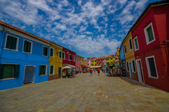 BURANO, ITALIA - 14 GIUGNO 2015: Il grande colore pieno di prospettiva alloggia la foto in Burano, percorso di pietra con i turis Immagini Stock Libere da Diritti